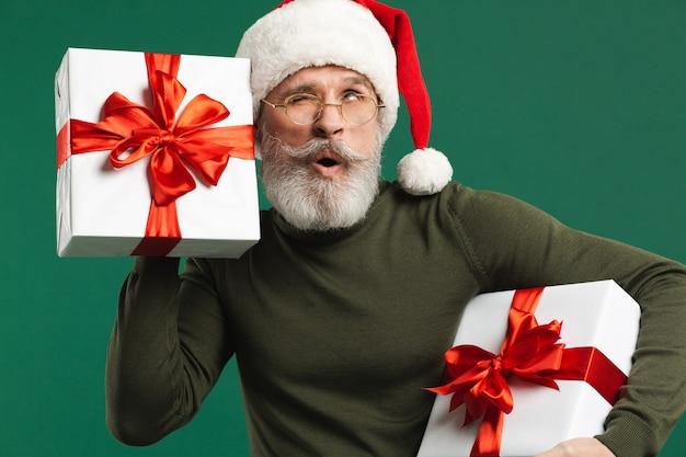 Bebaarde moderne kerstman met geschenken