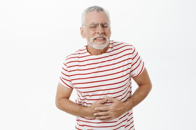 Bebaarde oude man in gestreepte t-shirt