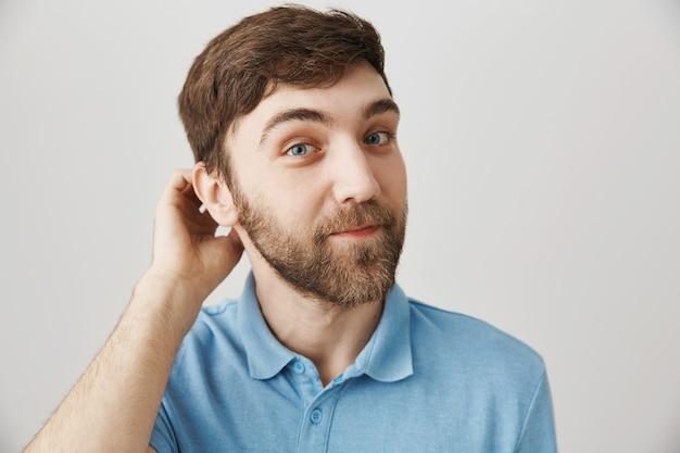 Bebaarde portret van een jonge kerel met blauwe t-shirt