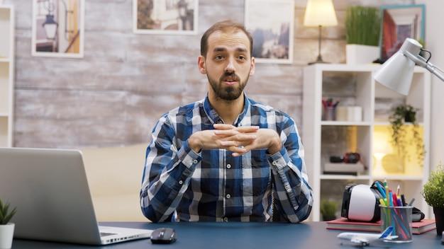 Bebaarde vlogger die een nieuwe aflevering opneemt voor sociale media. influencer praten met de camera.