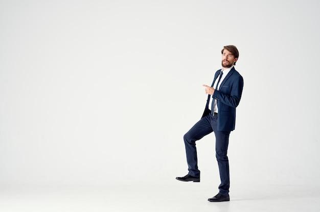 Bebaarde zakenman emoties succesvolle kantoorstudio