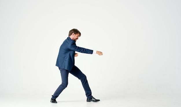 Bebaarde zakenman emoties succesvolle lichte achtergrond. hoge kwaliteit foto