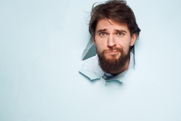 Bebaarde zakenman op shirt breekt door emotie achtergrond
