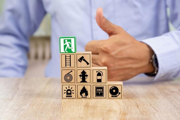 Beboste blokken stapelen met brandtrap pictogram voor veiligheidsconcept.