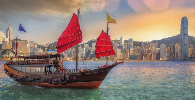 Beboste bootwijnoogst met de havenachtergrond van hongkong