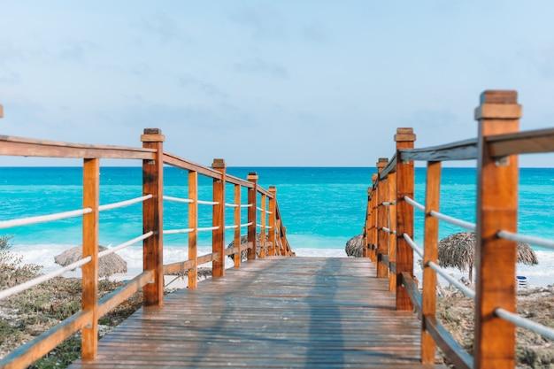 Beboste brug en turquoise zee in cayo largo, cuba