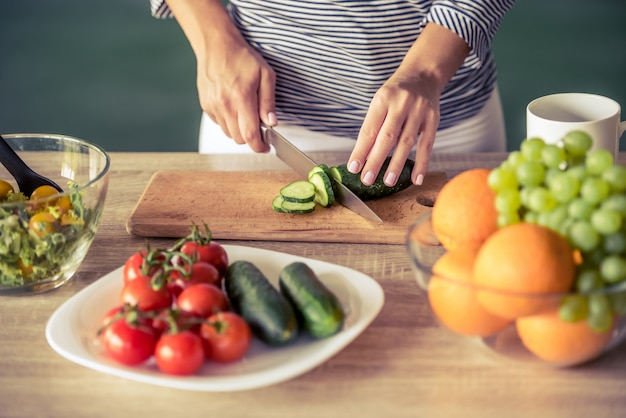 Bebouwd beeld van aantrekkelijk meisjes scherpe komkommer.