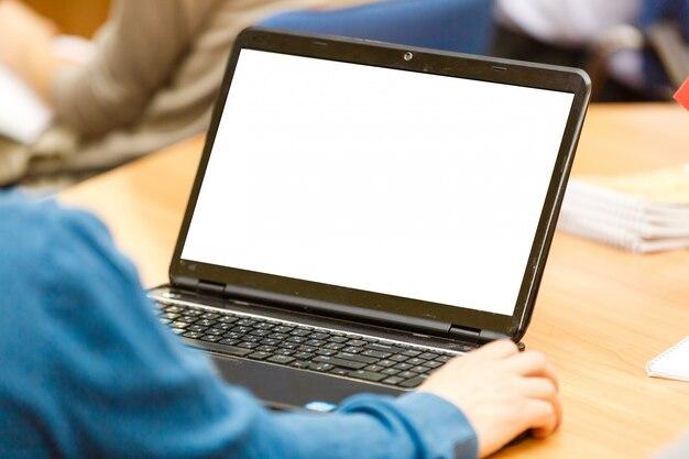 Bebouwd beeld van een jonge man die aan zijn laptop in een koffiewinkel werkt