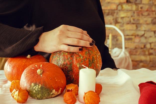 Bebouwd beeld van een vrouw die een pompoen in haar handen houdt