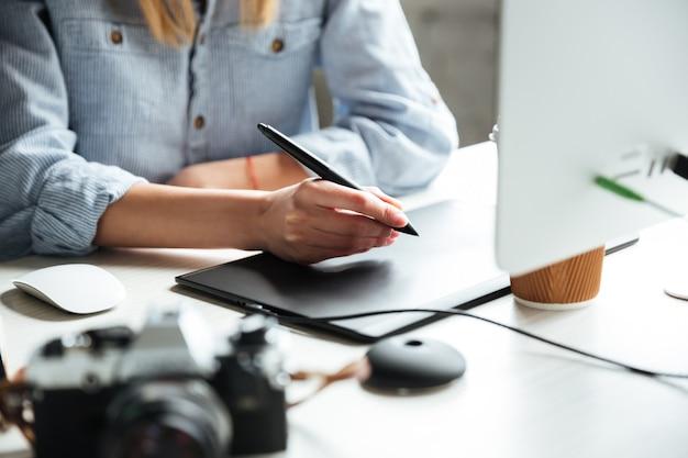 Bebouwd beeld van het jonge vrouwenwerk in bureau