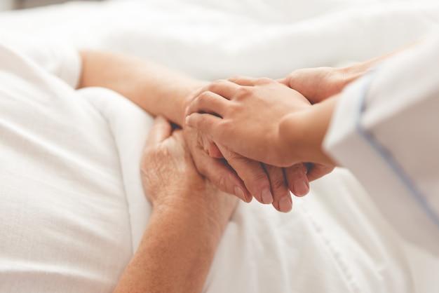 Bebouwd beeld van knappe oude patiënt die in bed ligt