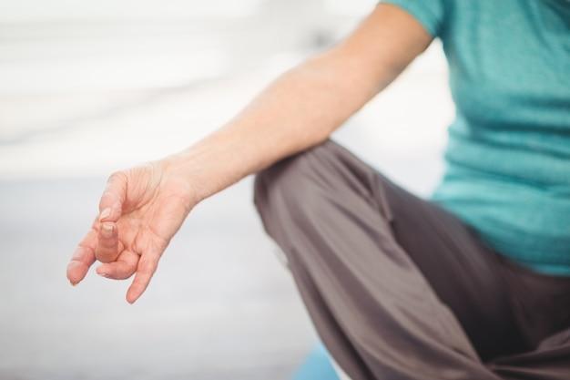 Bebouwd beeld van vrouw die yoga doet
