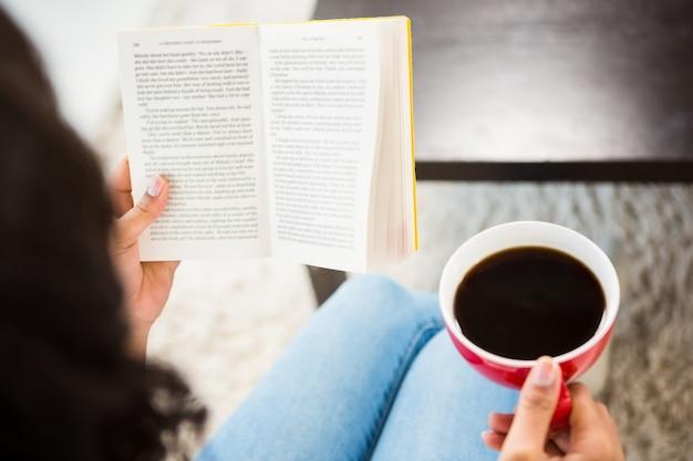Bebouwd beeld van vrouw met het boek van de koffielezing