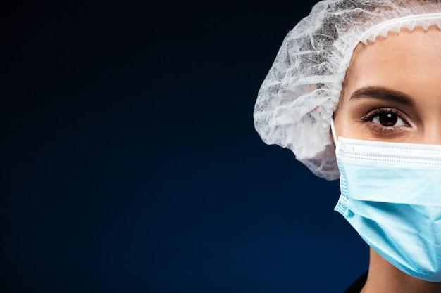 Bebouwd geïsoleerd portret van ernstige arts
