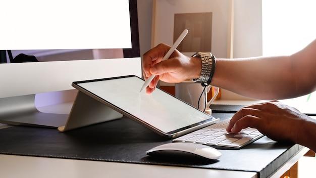 Bebouwd schot van de jonge schetsen van de ontwerpertekening op grafische tablet in studio