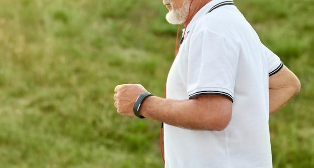 Bebouwde foto van lopende oude man.