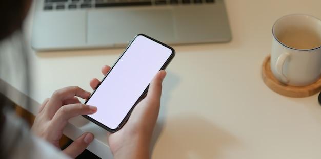 Bebouwde mening van smartphone van het tiener de holdings lege scherm