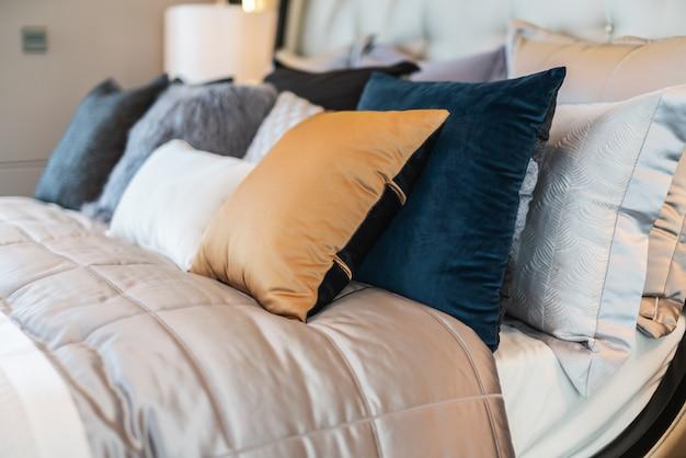 Bed opgemaakt met schone witte hoofdkussens en lakens in schoonheidsslaapkamer.