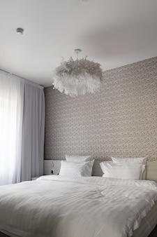 Bed, schone kussens en lakens in modern slaapkamerhotel