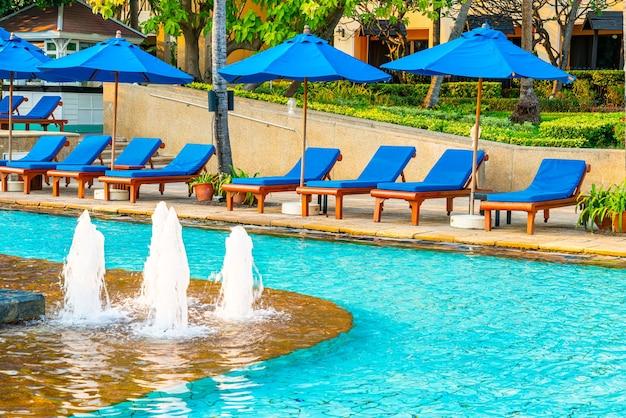 Bed zwembad en parasol rond zwembad in hotelresort