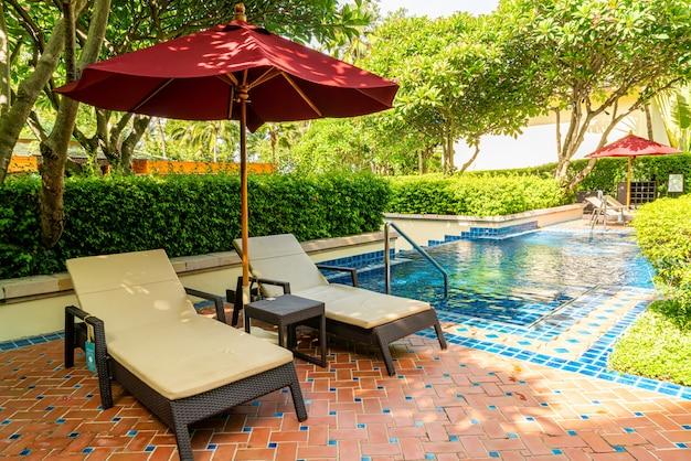 Bed zwembad rond zwembad in hotelresort