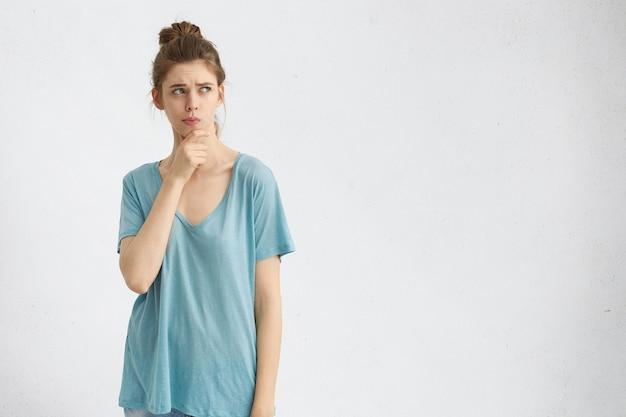 Bedachtzaam meisje dat besluiteloos en onzeker is als ze een serieuze beslissing moet nemen
