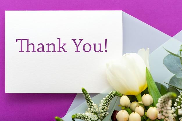 Bedankkaart in boeket rozen, tulpen, eucalyptus op paarse ondergrond