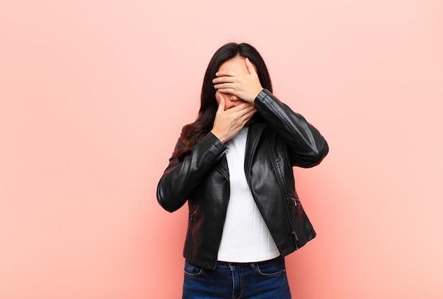 Bedek het gezicht met beide handen en zeg nee tegen de camera! afbeeldingen weigeren of foto's verbieden
