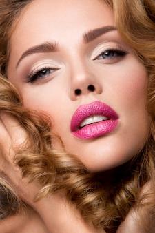 Bedenken. glamourportret van mooi vrouwenmodel met verse make-up en romantisch golvend kapsel.