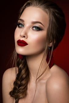 Bedenken. glamourportret van mooi vrouwenmodel met verse make-up en romantisch kapsel. Premium Foto