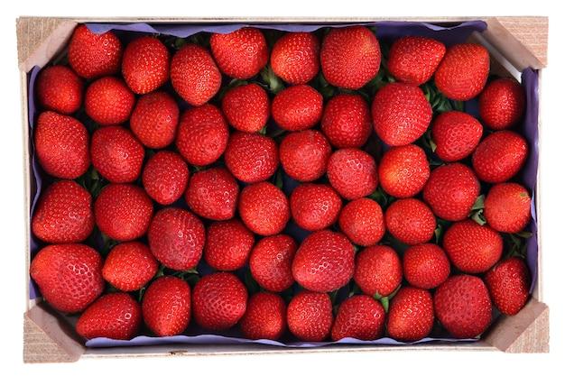 Bederfelijk voedsel, een houten pallet met aardbeien van rood fruit
