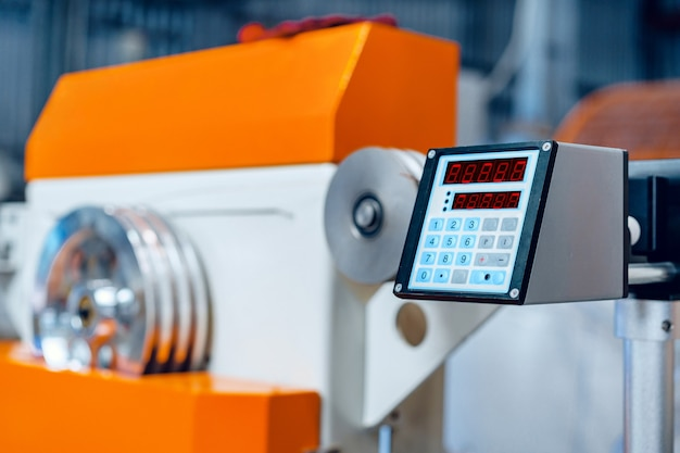 Bedieningspaneel op apparatuur in industriële installaties