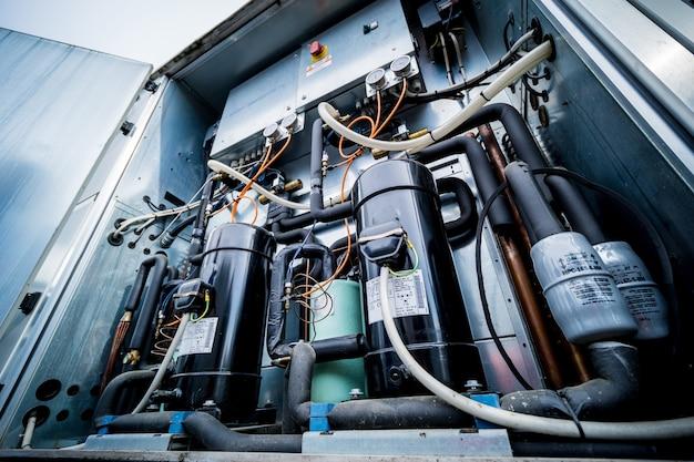 Bedieningspanelen en frequentieomvormers in het toevoergedeelte van de ventilatie-unit
