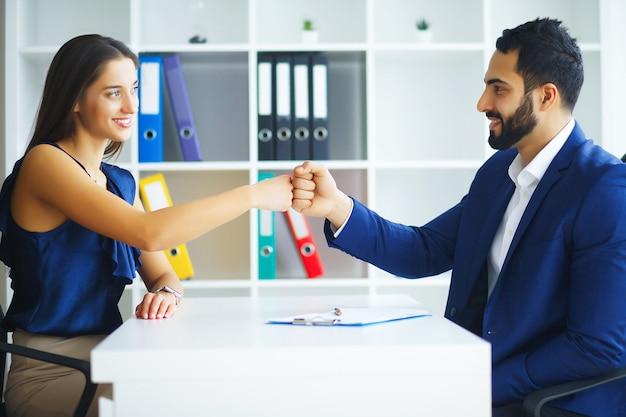 Bedrijf. business woman en business man talks at the light off