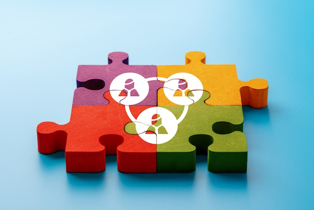 Bedrijf en hr pictogram op kleurrijke puzzel