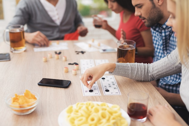 Bedrijf van jonge mensen speelt in russische lotto.