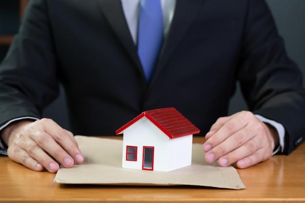 Bedrijf van woningbouwontwikkeling dient een document voor woninglening in bij de bank