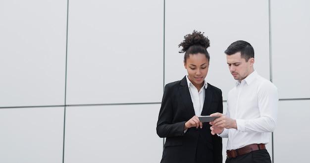 Bedrijf werknemers controleren telefoon