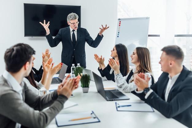 Bedrijf wint 1 miljoen dollar! teamwerk op kantoor.