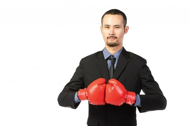 Bedrijfs aziatische mens klaar om met bokshandschoenen te vechten.