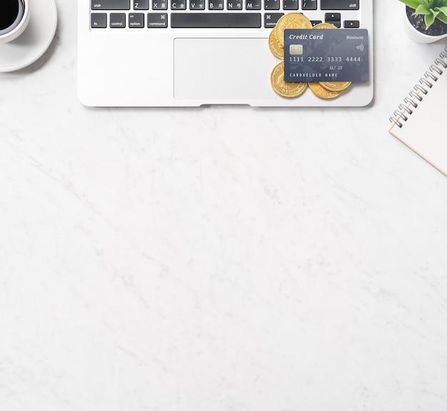 Bedrijfs-, boekhoud- en betalingsconcept financiële informatie geïsoleerd op een moderne marmeren kantoortafel, mock up, bovenaanzicht, kopie ruimte, plat leggen, close-up