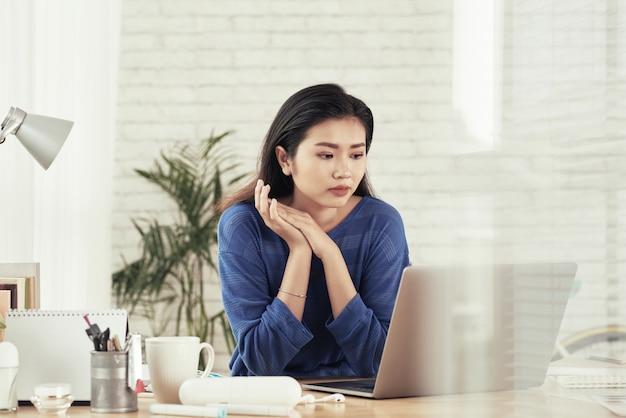 Bedrijfs dame die e-mails controleert