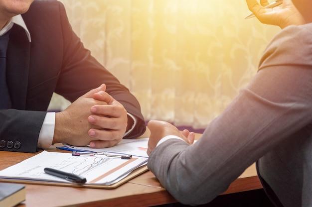 Bedrijfs en bureauconcept, zakenman die aan partner het spreken luisteren