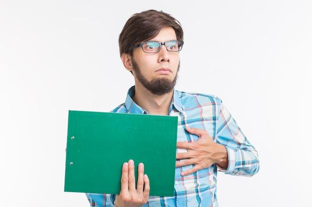 Bedrijfs- en emoties concept - portret van bang man met groenboek map