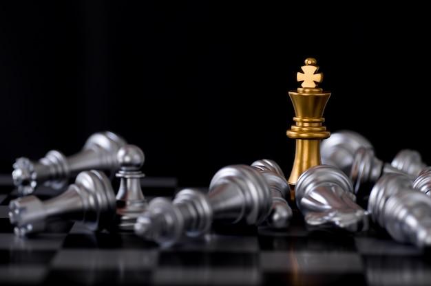 Bedrijfs- en leidersconcept, gouden koningschaak met vijand verliest en vernietigd aan boord