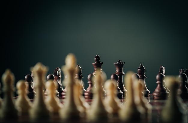 Bedrijfs- en strategieconcept, schaakbordspel in vintage