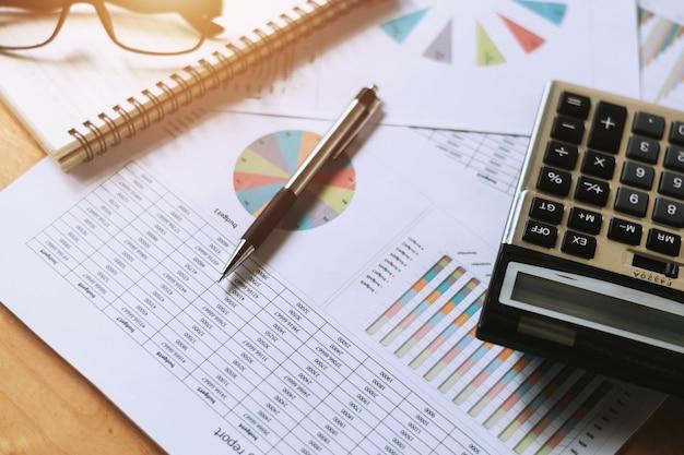 Bedrijfs financieel concept boekhoudkundig rapport over de balie in kantoor
