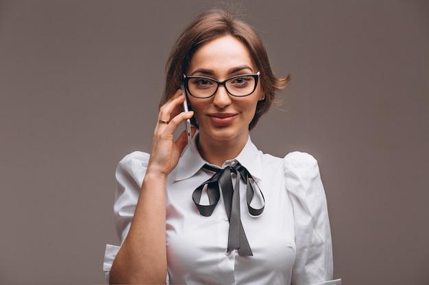 Bedrijfs geïsoleerde vrouw die op de telefoon spreekt