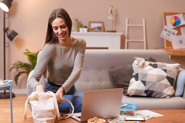 Bedrijfs jonge vrouw die van huis werkt