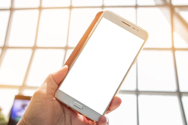 Bedrijfs linkerhanden die smartphone in klassenzitkamer gebruiken die op vliegtuigvlucht wachten
